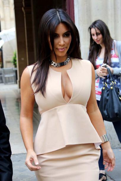 Basta con una blusa escotada o con abertura para darnos cuenta de ella....
