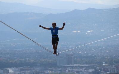 Un alemán rompe dos récords mundiales al cruzar en cuerda floja dos edif...
