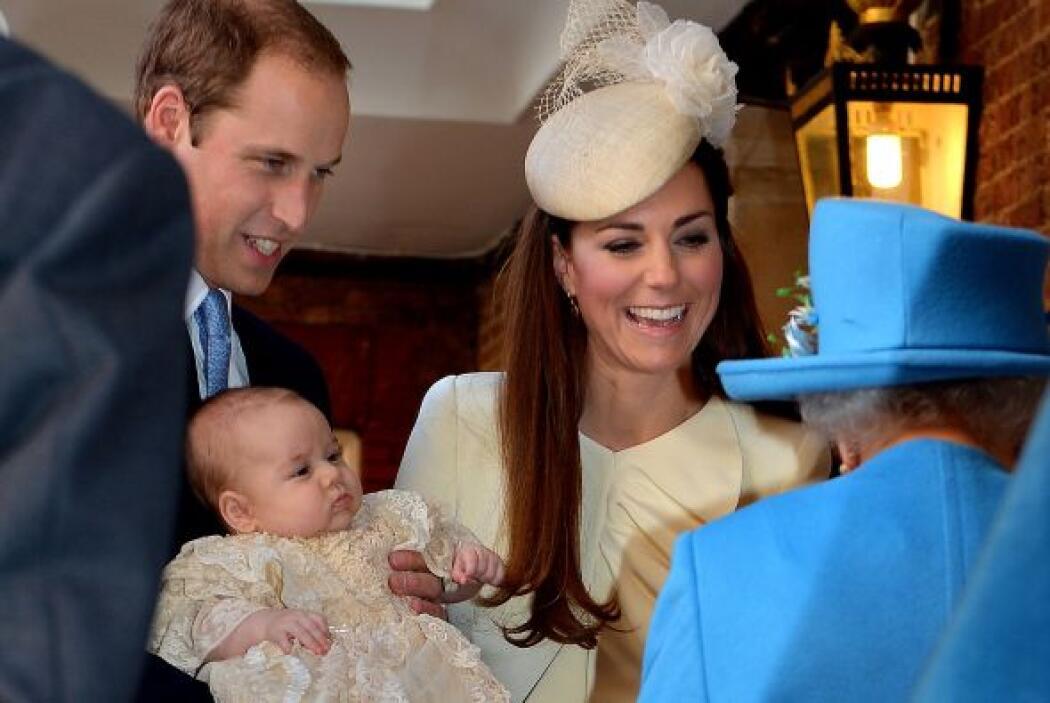 La reina Elizabeth acompañó a la joven familia en el evento y nos mostró...