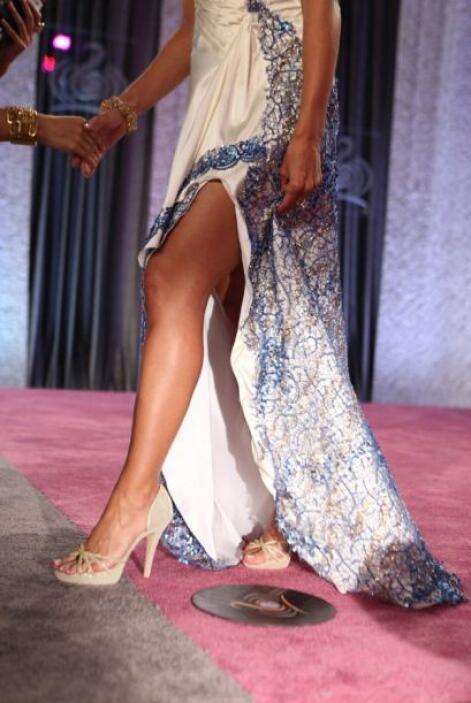 La cantante y actriz lució sus bien torneadas piernas.