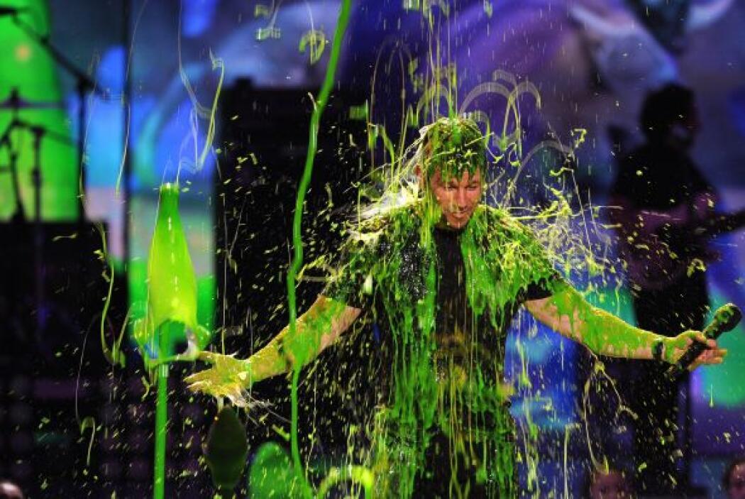 A Mark Wahlberg por supuesto que le tocó baño verde. Mira aquí los video...