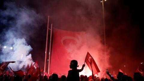 Los manifestantes progubernamentales piden que los responsables del golp...