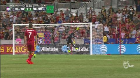 El travesaño impidió un enorme gol de Shea Salinas