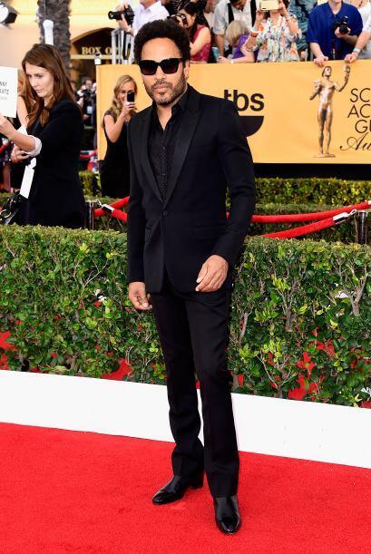 El rockero Lenny Kravitz, completamente de negro