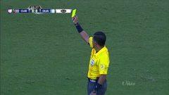 Tarjeta amarilla. El árbitro amonesta a Rubén Darío Morales de Guatemala
