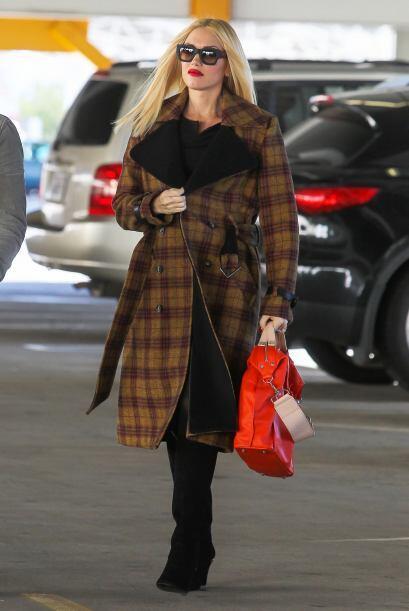 Gwen, como toda una experta de moda, está llevando un look de maternidad...