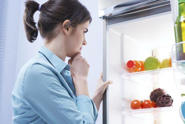 Empaca comida saludable y bocadillos frescos como fruta, nueces, granola...