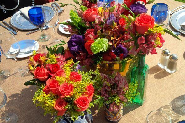 Los detalles en las mesas con flores muy coloridas y naturales. Sin duda...