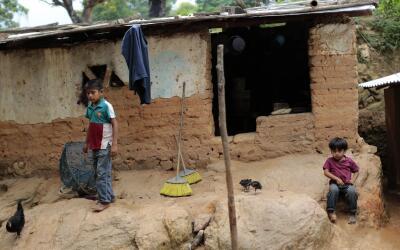 Niños afuera de su humilde vivienda en la localidad de El Magueyito, en...