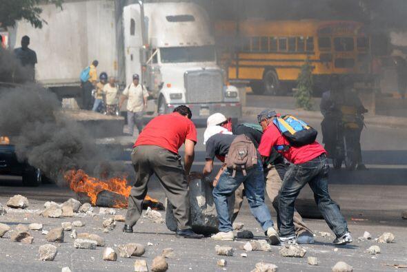 Los zelayistas incendiaron neumáticos de vehículos para bloquear el bule...