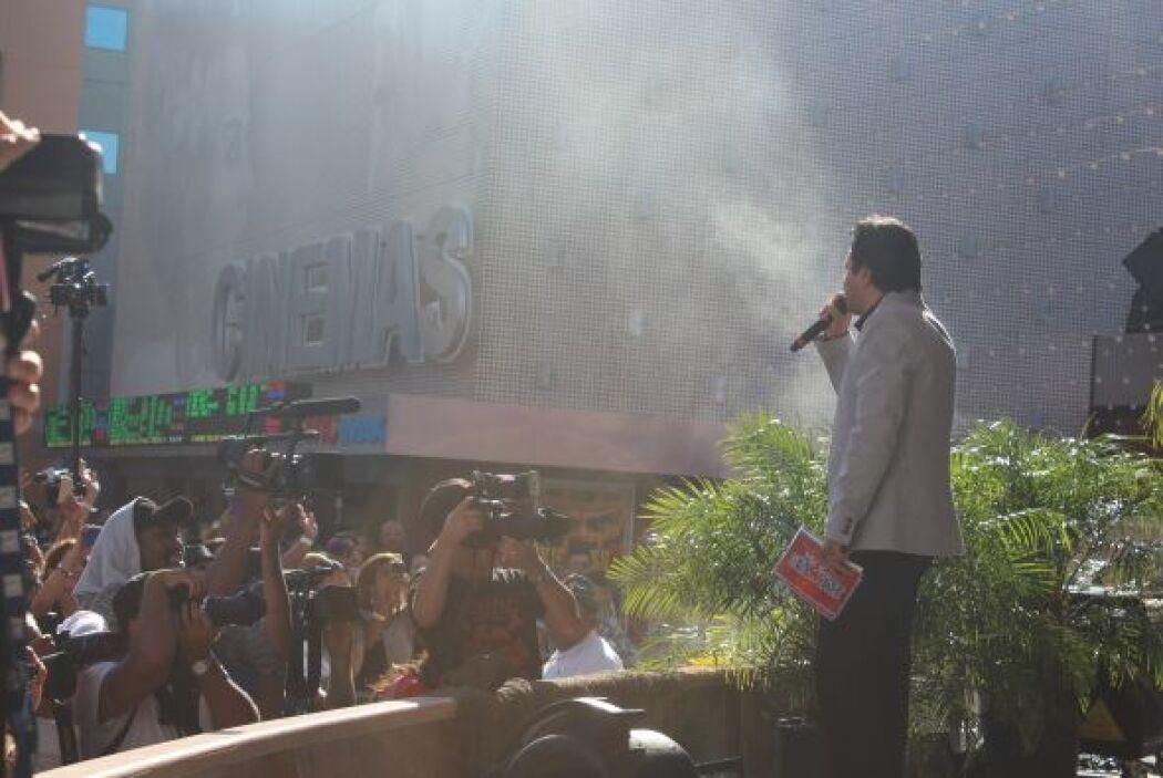 Omar calentando motores con los fans listos para conocer a sus estrellas..