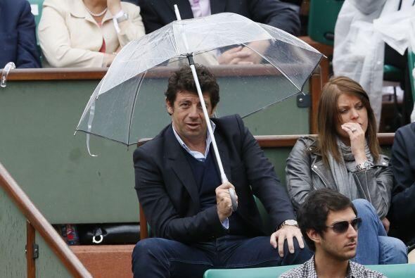 El cantante francés Patrick Bruel estuvo escondiéndose de la lluvia.