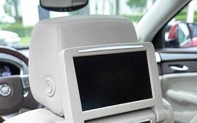 Las pantallas ubicadas en los respaldos traseros permiten ver DVD's o ut...