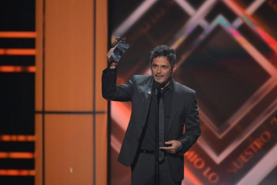 Sanz alzó el reconocimiento con mucho orgullo y agradeció a todos sus se...