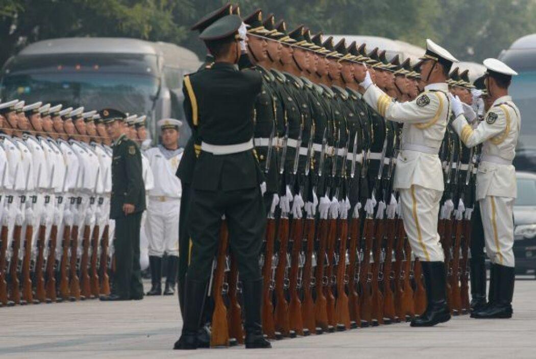 Una guardia de honor se prepara para una ceremonia de bienvenida para el...