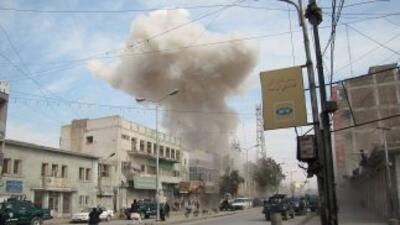 El sábado, una bomba explotó en un banco en Kabul, dejando al menos 38 m...