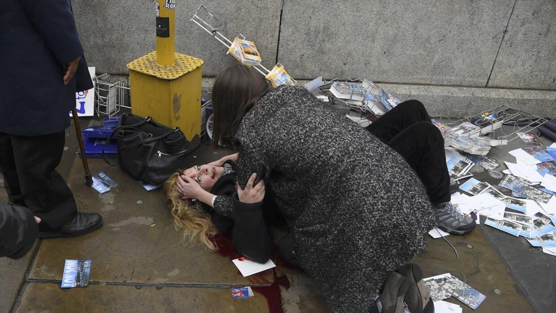Una mujer herida, en el suelo, después del incidente armado en Londres.