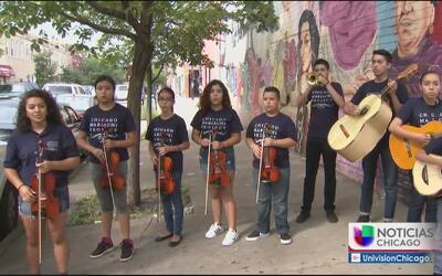 Estudiantes rinden homenaje a Juan Gabriel