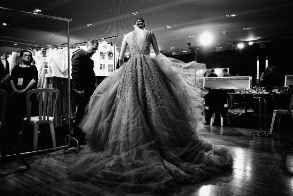 Otra forma de darle a tu vestido un toque de realeza es una cauda volumi...