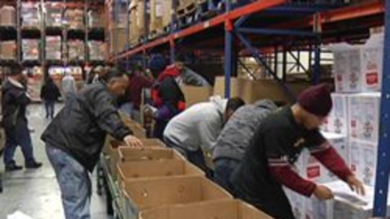 Voluntarios que ayudan a repartir comida
