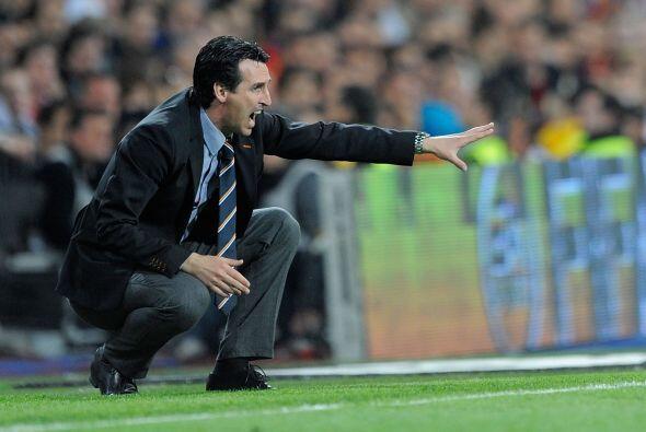 El entrenador visitante Unai Emery estaba al filo del área t&eacu...