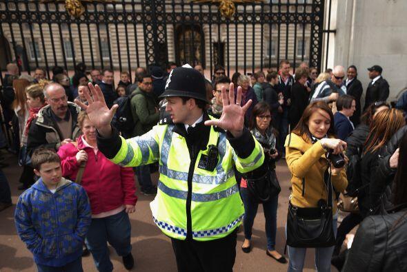 Policía resguardando la seguridad del palacio.