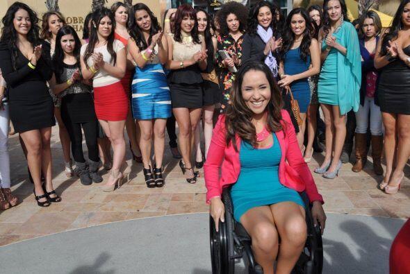 Tamara tiene precisamente siete años en una silla de ruedas. Sufr...