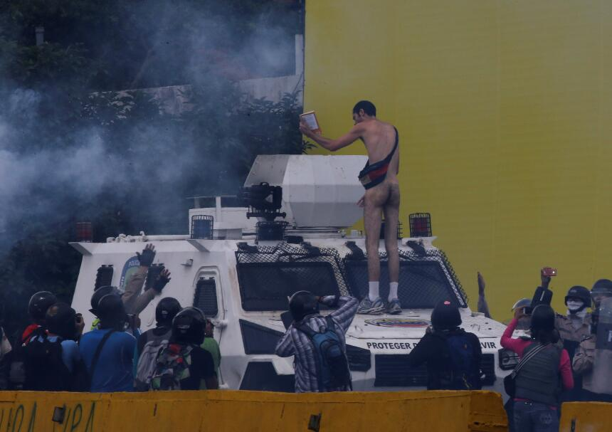 In photos: A young Venezuelan man stripped naked to confront security fo...