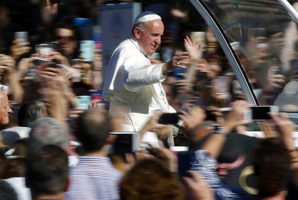 Esperado por miles, así llegó el pontífice a la Basílica del Santuario N...