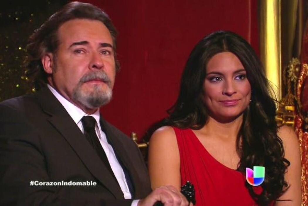 El señor Mendoza y Maricruz disfrutan de la obra de teatro.