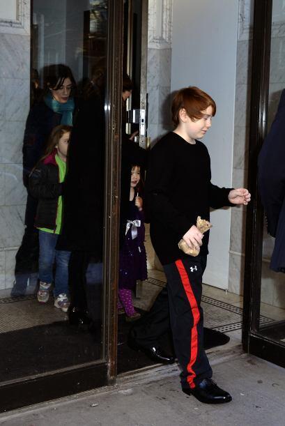 La pareja e hijos de Philip salieron de su casa camino a la funeraria. M...