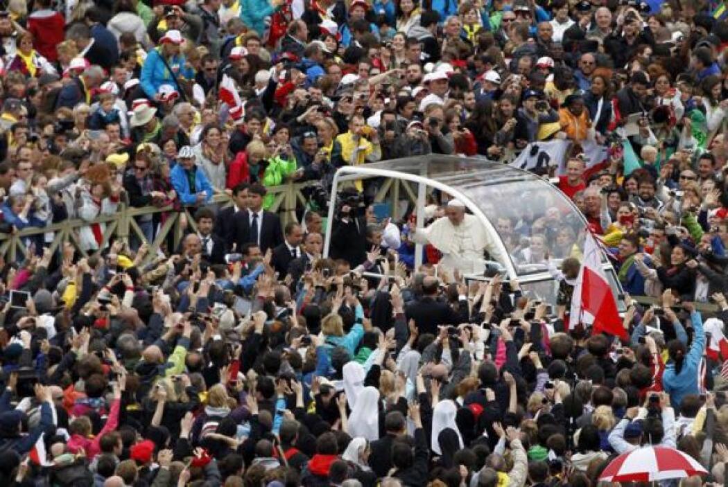 Después de la misa de canonización, Francisco se subió al Papamóvil enme...