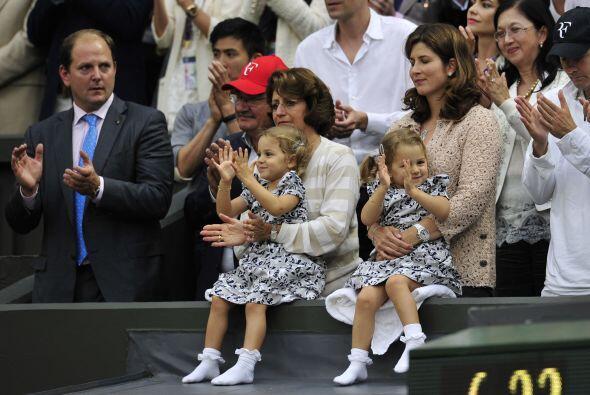 Su familia emocionada vio la victoria de Federer. Su esposa Mirka y las...