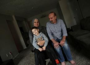 La familia Alafandi en su casa en Dallas, Texas