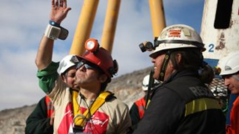 Alex Vega saluda tras salir a la superficie el 13 de octubre pasado.