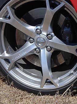 Los rines de aluminio de 19 pulgadas cuentan con neumáticos de ta...