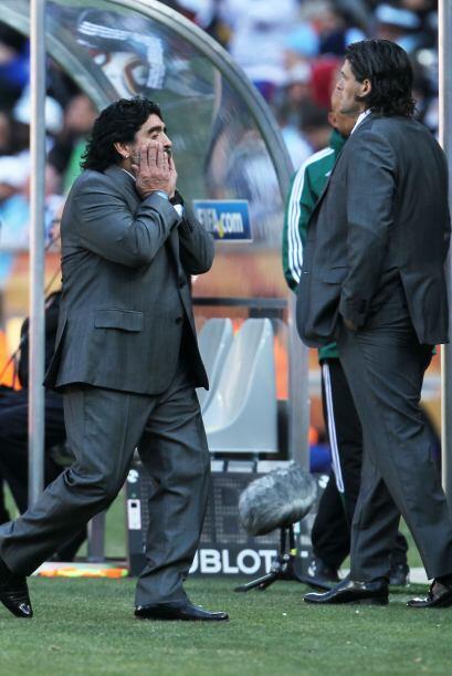 Maradona sufre cada falla de su equipoo como si fuera el fin del mundo.