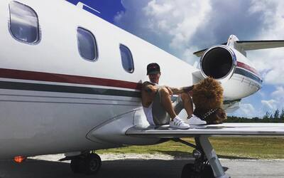 J Balvin poco antes de subir al avión que se estrelló mien...