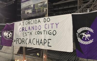La afición de Orlando City se solidarizó con la de Chapeco...