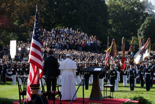 El presidente de EEUU y el obispo de Roma se encuentran de pie para escu...