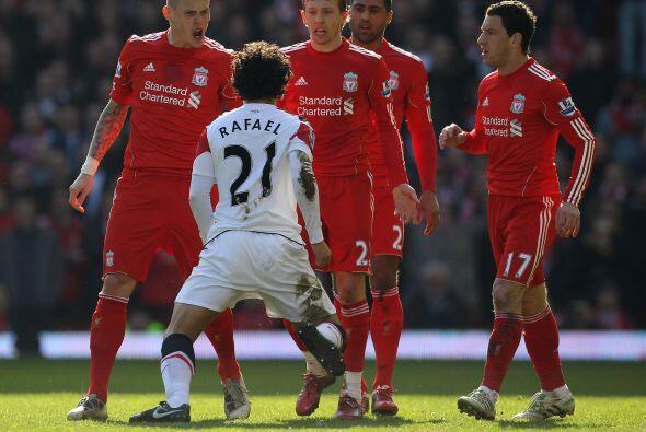 El duelo se calentó por algunas jugadas de peligro y el brasileño Rafael...