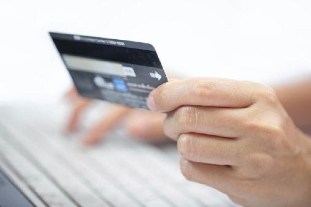 Es fácil evitar un monto de $65 a $495 de cargos anuales de las tarjetas...