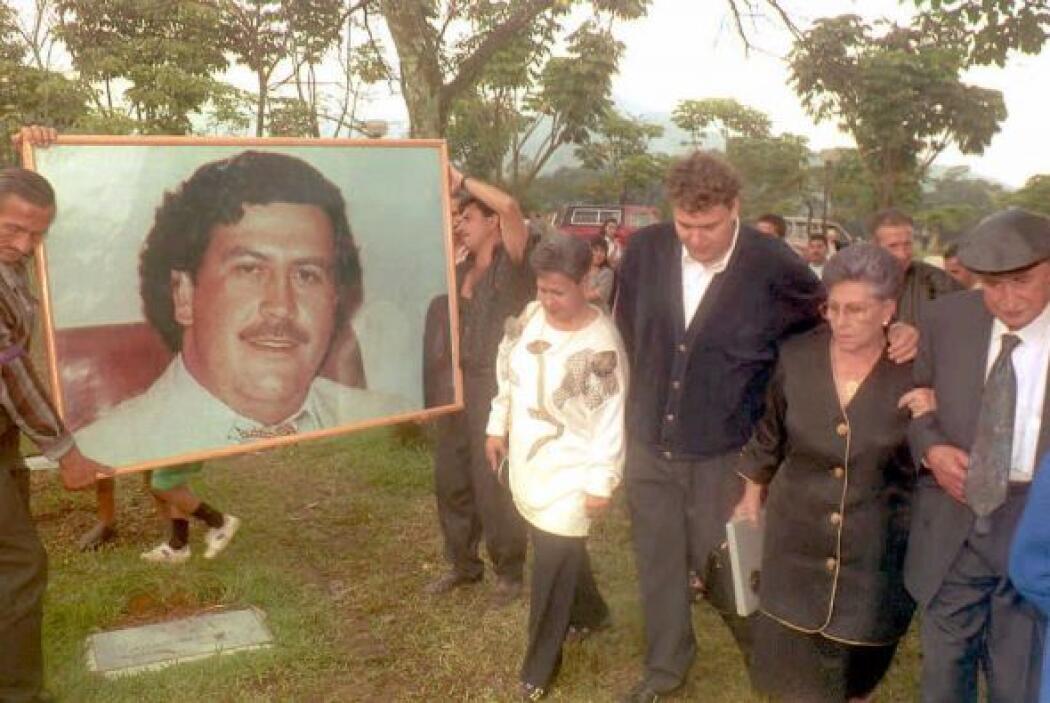 PABLO ESCOBAR.- Fue el capo de la droga más poderoso y rico de Colombia....