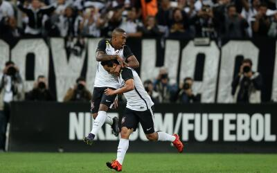 Jadson celebra uno de los goles del Corinthians con Malcom.