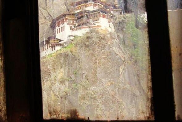 El lugar sagrado fue construido para proteger la cueva en la que el Guru...