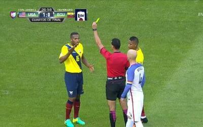Tarjeta amarilla. El árbitro amonesta a Luis Antonio Valencia Mosquera d...
