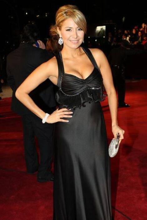 El peinado y maquillaje de Cristina están muy bien, pero el vestido la h...