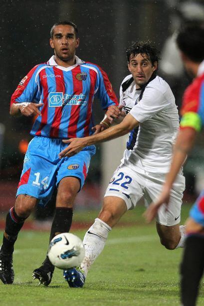 Diego Milito luchó pero se encontró con una dura y bien parada defensa r...