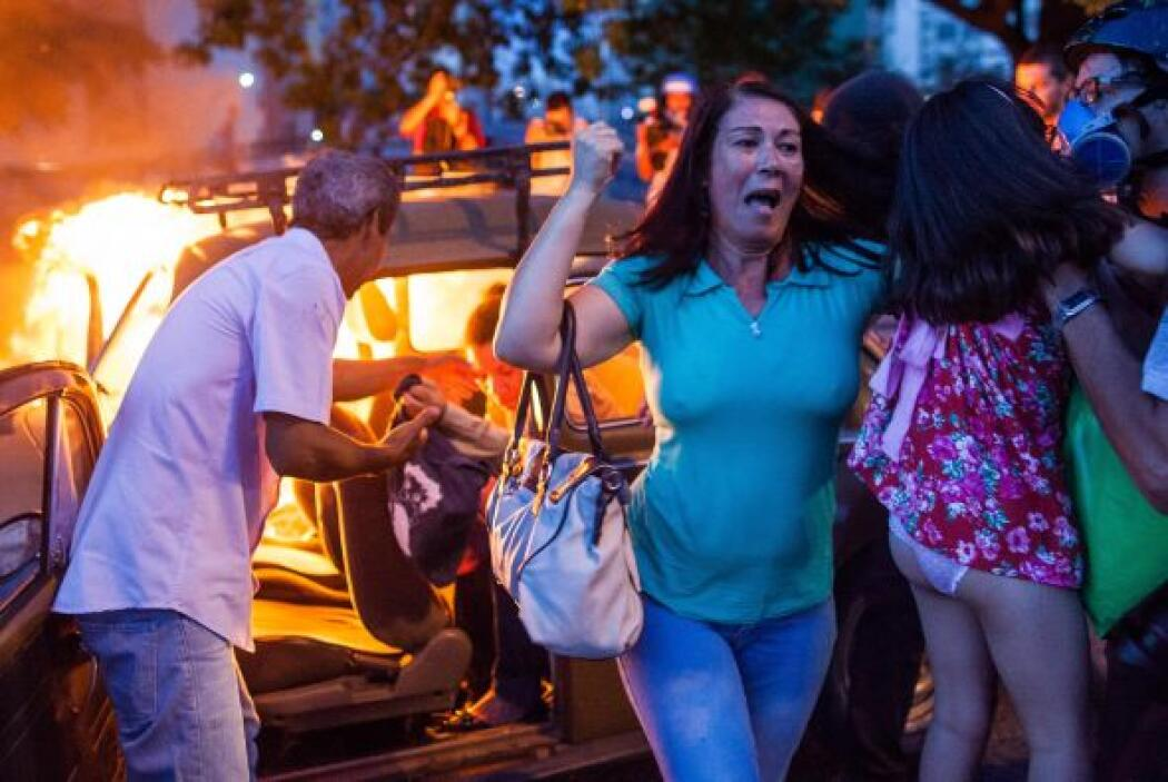 Los ciudadanos protestaron por la organización del Mundial de fútbol, se...