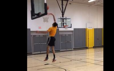 Mira la nueva manera de anotar en el baloncesto, una clavada que vale tr...